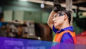 Un travailleur industriel qui travaille dur